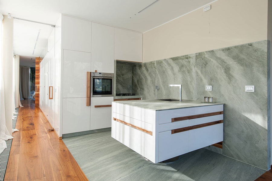Modello di cucina con top, piani e rivestimenti in marmo n.19