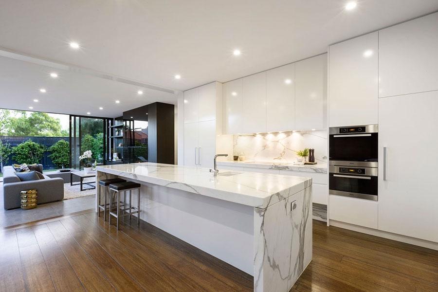 Modello di cucina con top, piani e rivestimenti in marmo n.20