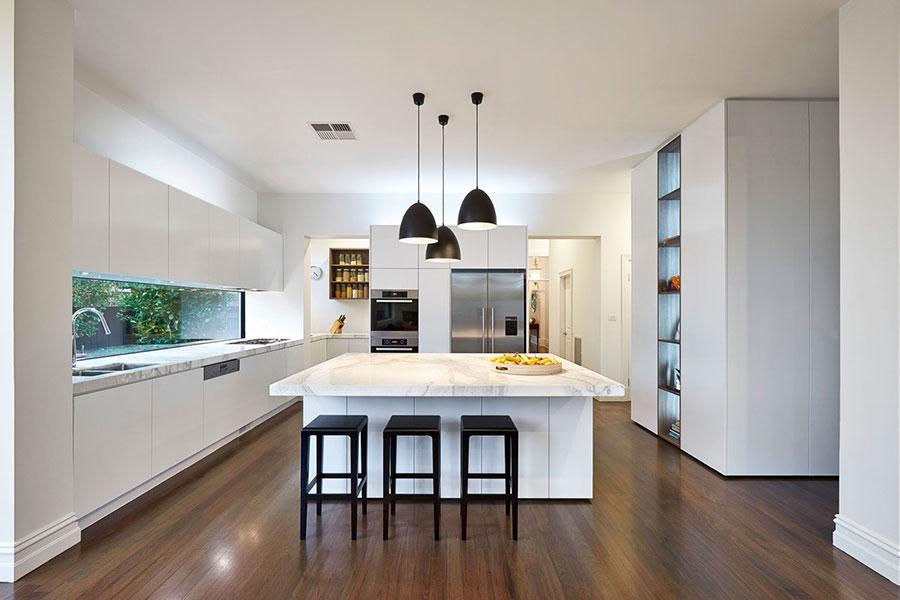Modello di cucina con top, piani e rivestimenti in marmo n.21