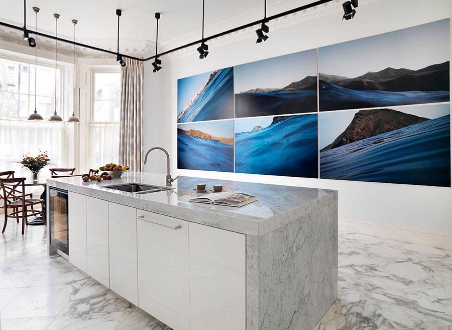Modello di cucina con top, piani e rivestimenti in marmo n.22