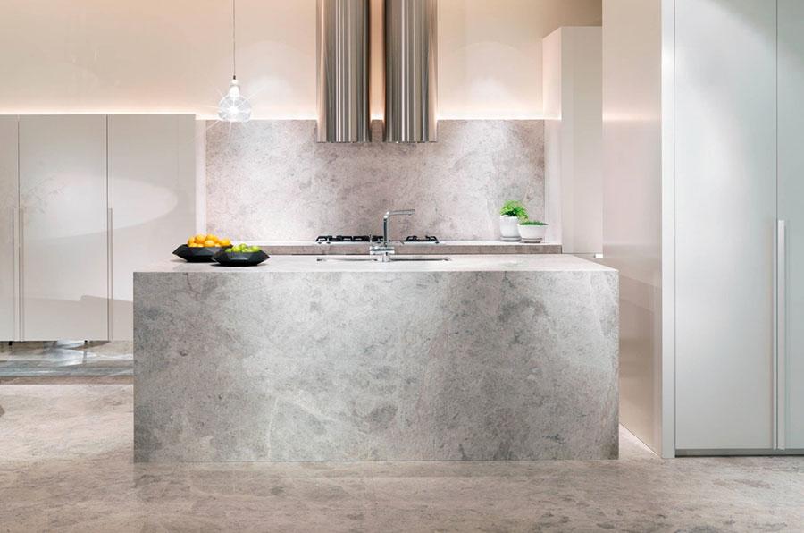 Modello di cucina con top, piani e rivestimenti in marmo n.24