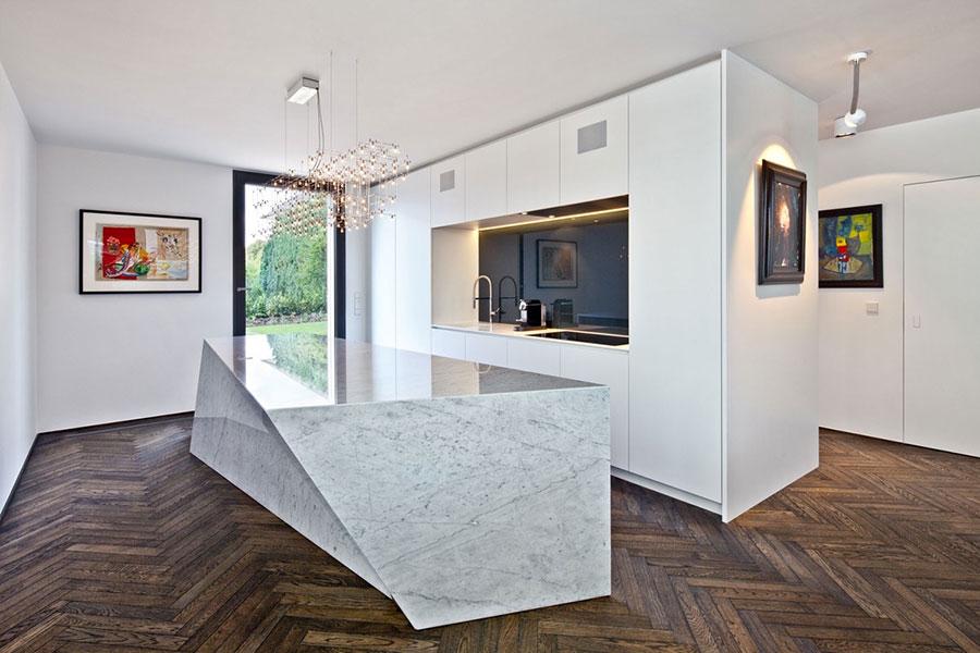 Modello di cucina con top, piani e rivestimenti in marmo n.27