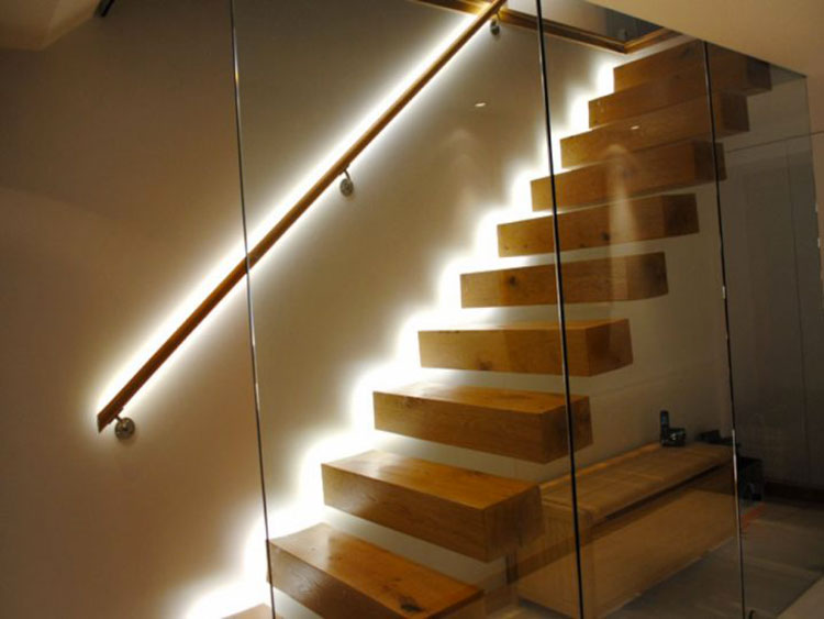 Idee di illuminazione per corrimano di scale interne n.02