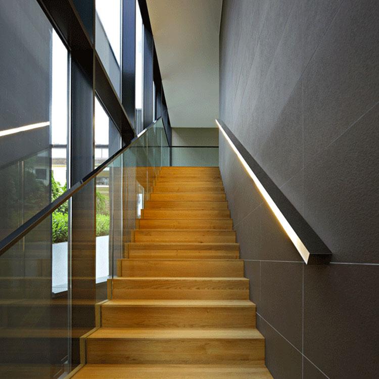 Idee di illuminazione per corrimano di scale interne n.03