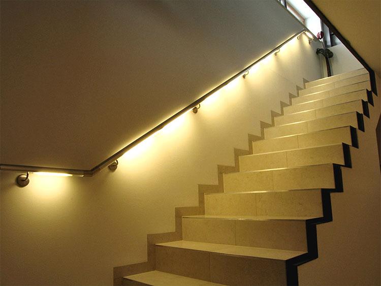 Idee di illuminazione per corrimano di scale interne n.06