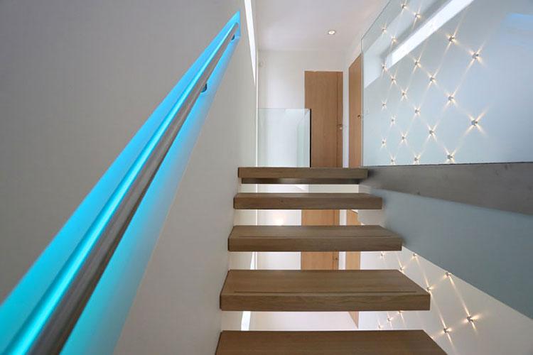 Illuminazione per scale interne 30 idee originali con luci a led - Corrimano scale interne ...