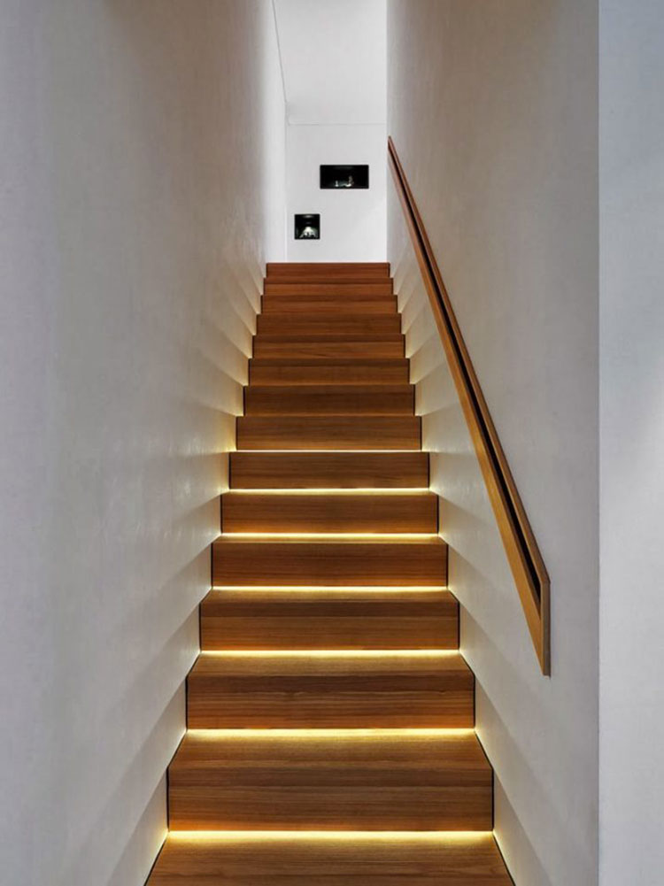 Idee di illuminazione per gradini di scale interne n.06