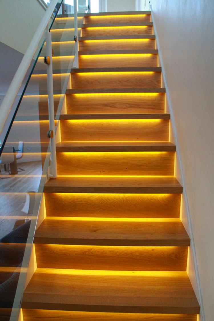 Idee di illuminazione per gradini di scale interne n.07