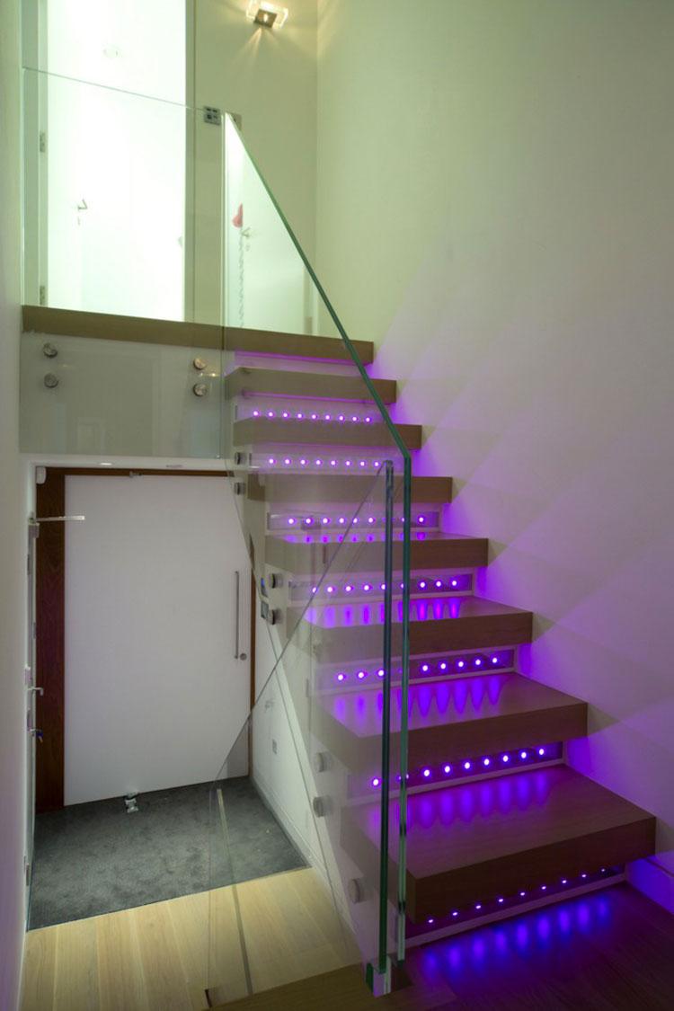 Idee di illuminazione per gradini di scale interne n.10