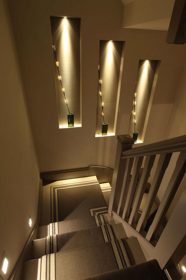 Idee di illuminazione per pareti di scale interne n.04