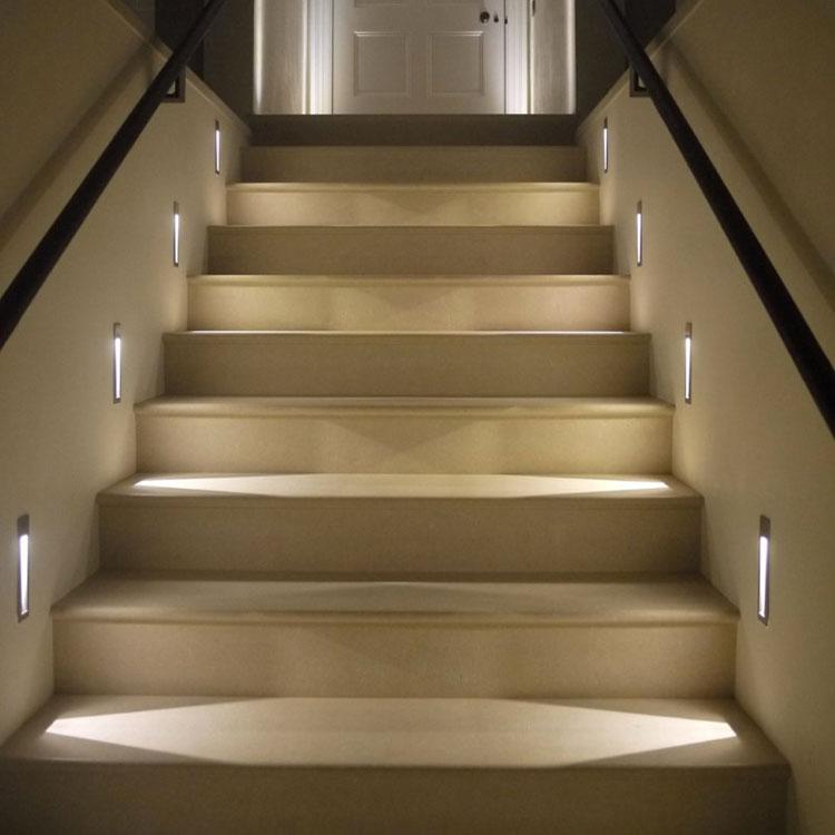 Idee di illuminazione per pareti di scale interne n.06