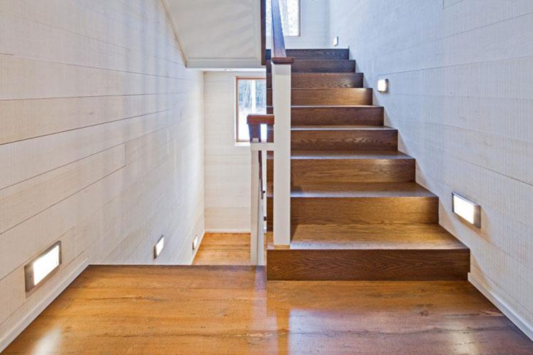 Idee di illuminazione per pareti di scale interne n.08