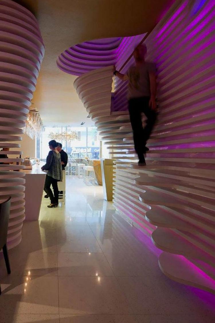 Idee di illuminazione per pareti di scale interne n.09