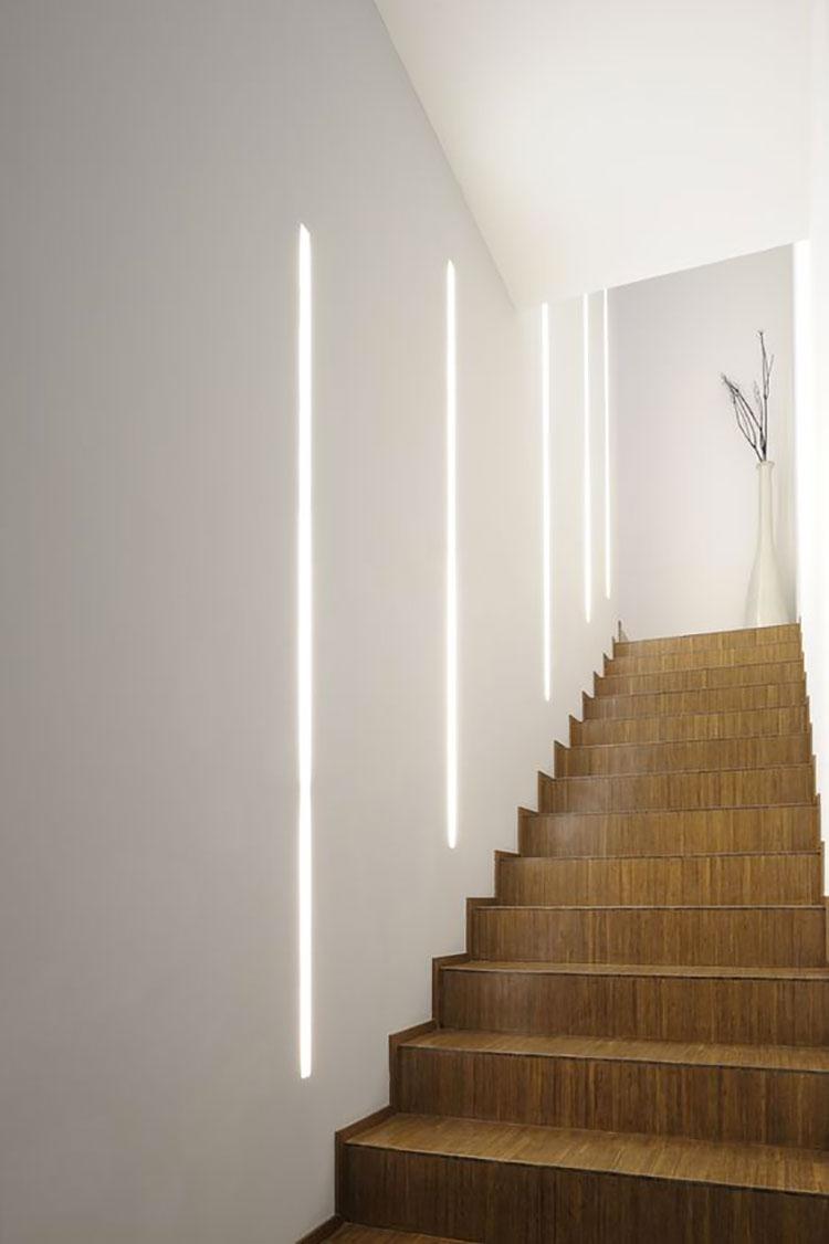 Idee di illuminazione per pareti di scale interne n.10