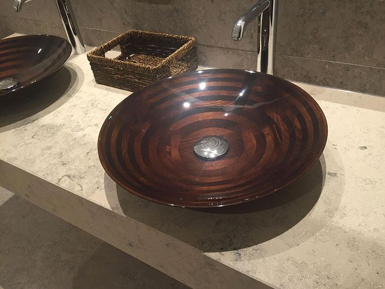 Modello di lavabo bagno in legno dal design originale n.10