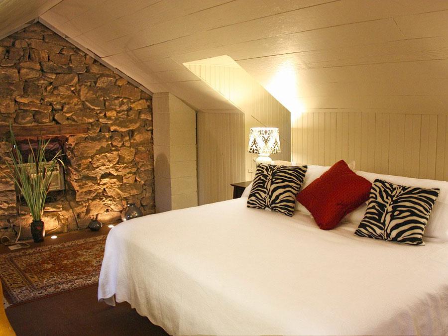 Idea per rivestire le pareti di una camera da letto classica in pietra n.09