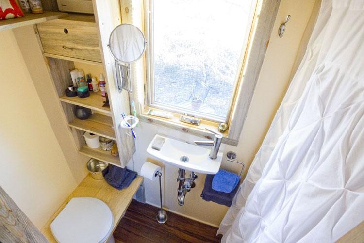 Modello di casa mobile su ruote realizzata in legno n.06