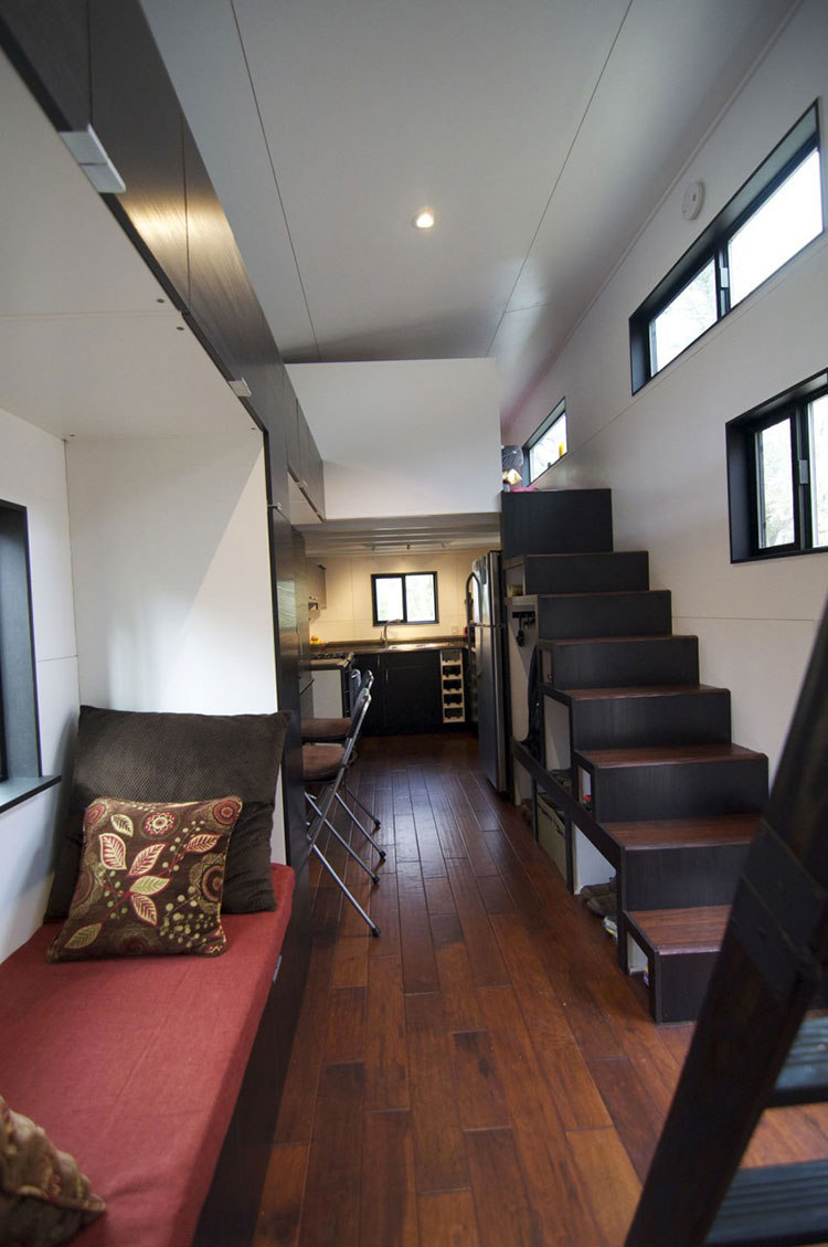 Modello di casa mobile su ruote realizzata in legno n.16