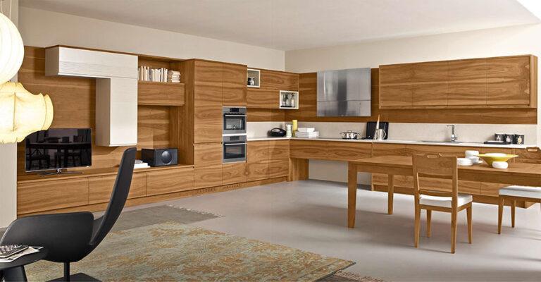 Cucina moderna con tetto in legno