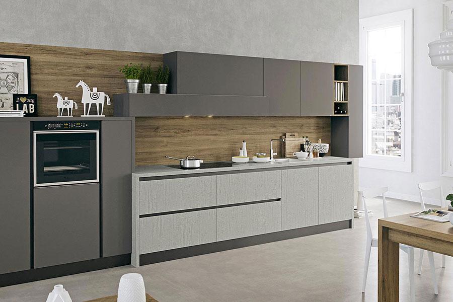 Idee per arredare una cucina grigia e legno n.02