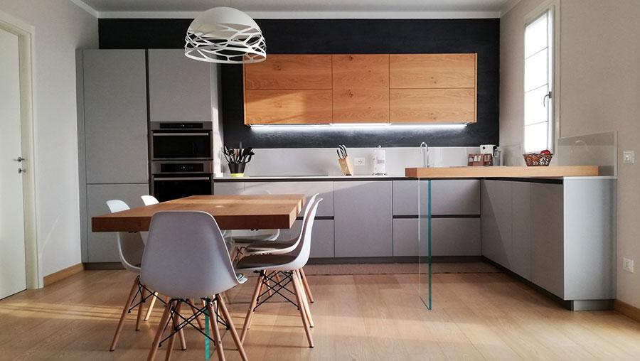 Idee per arredare una cucina grigia e legno n.04