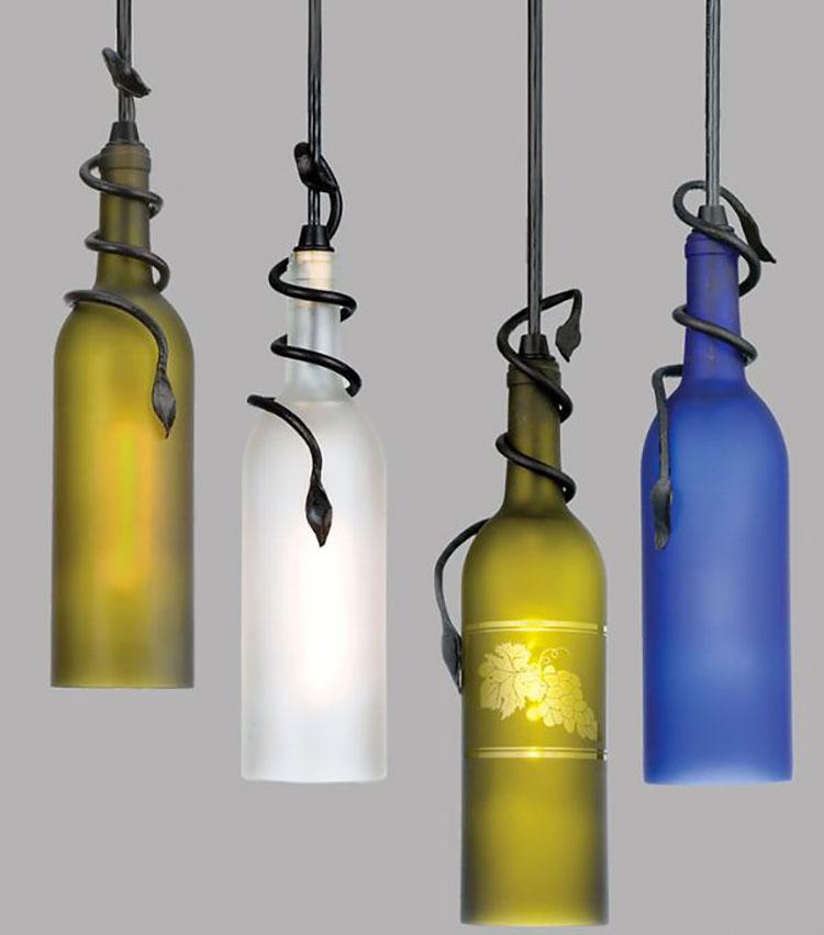 Lampadario Fai Da Te creato con bottiglie di vetro riciclate