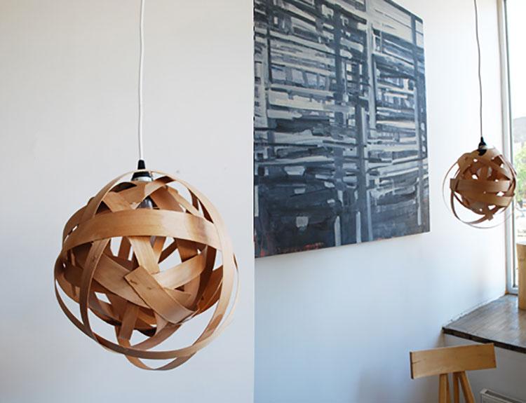 Lampadario Fai Da Te creato con strisce di legno riciclate