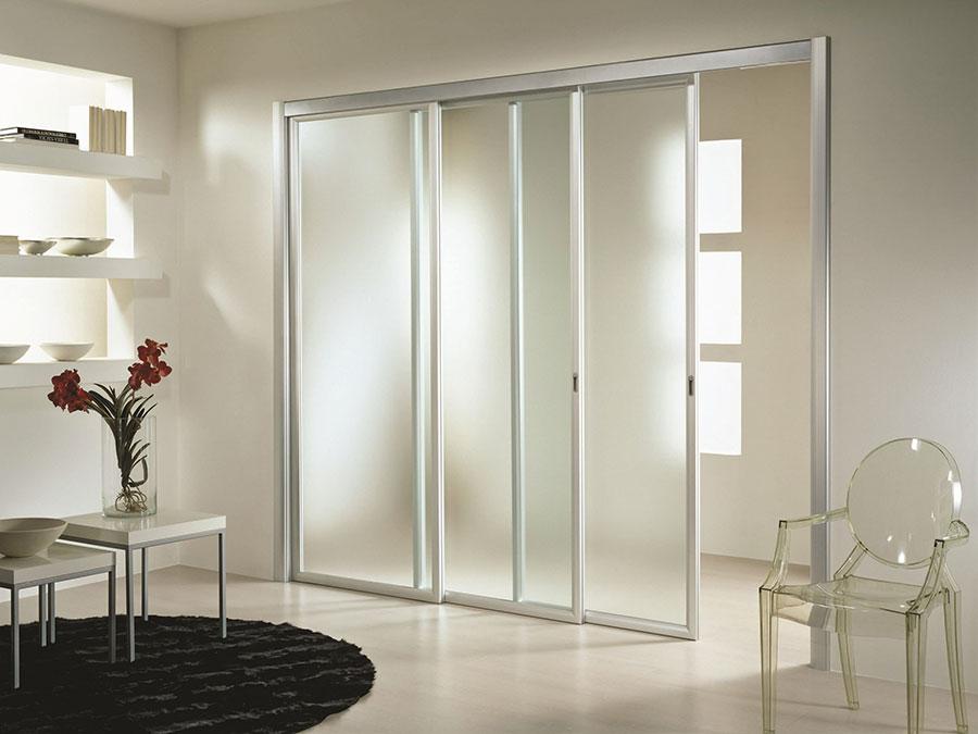 Eleganti pareti divisorie scorrevoli in vetro per for Porte scorrevoli in vetro prezzi