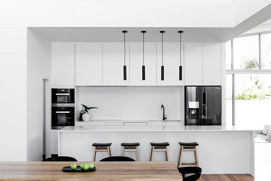 Modello di cucina bianca moderna con isola n.04