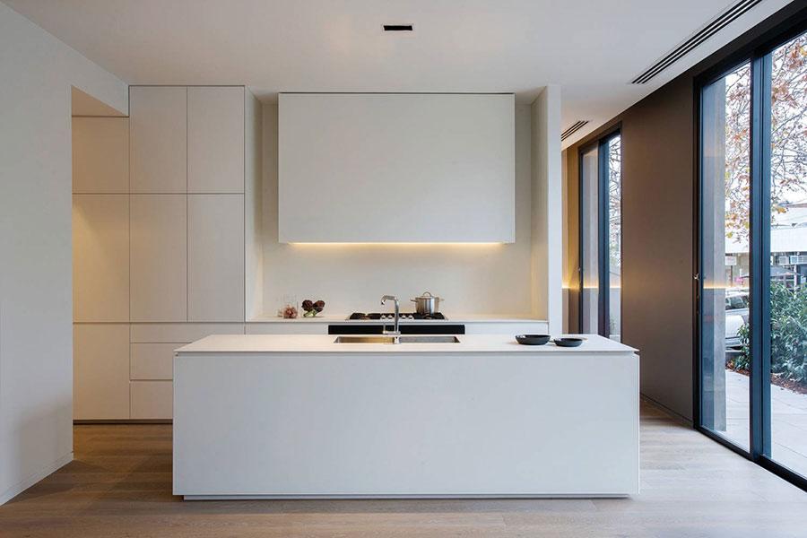 Modello di cucina bianca moderna con isola n.05