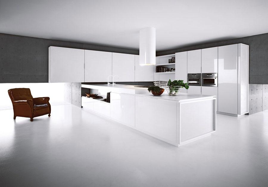 Modello di cucina bianca moderna con penisola n.02