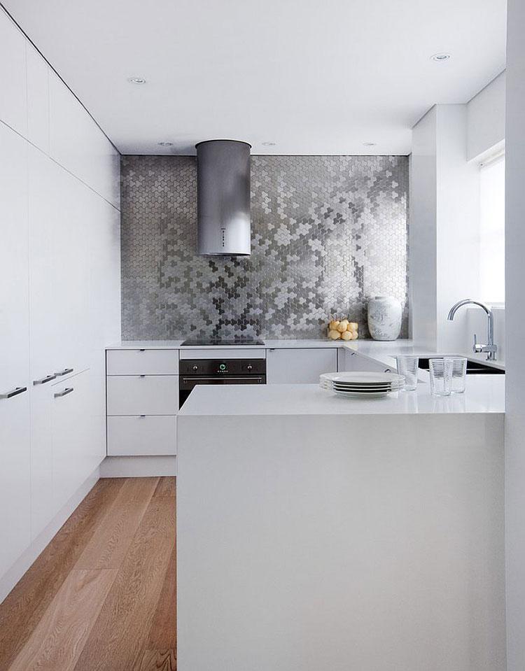Modello di cucina bianca moderna con penisola n.04