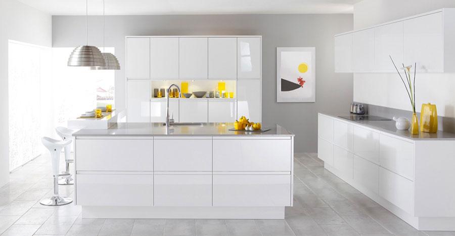 Modello di cucina bianca moderna con penisola n.05