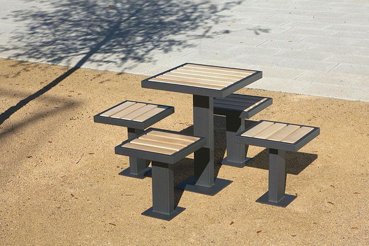 Set tavolo e sedie da giardino dal design particolare n.12