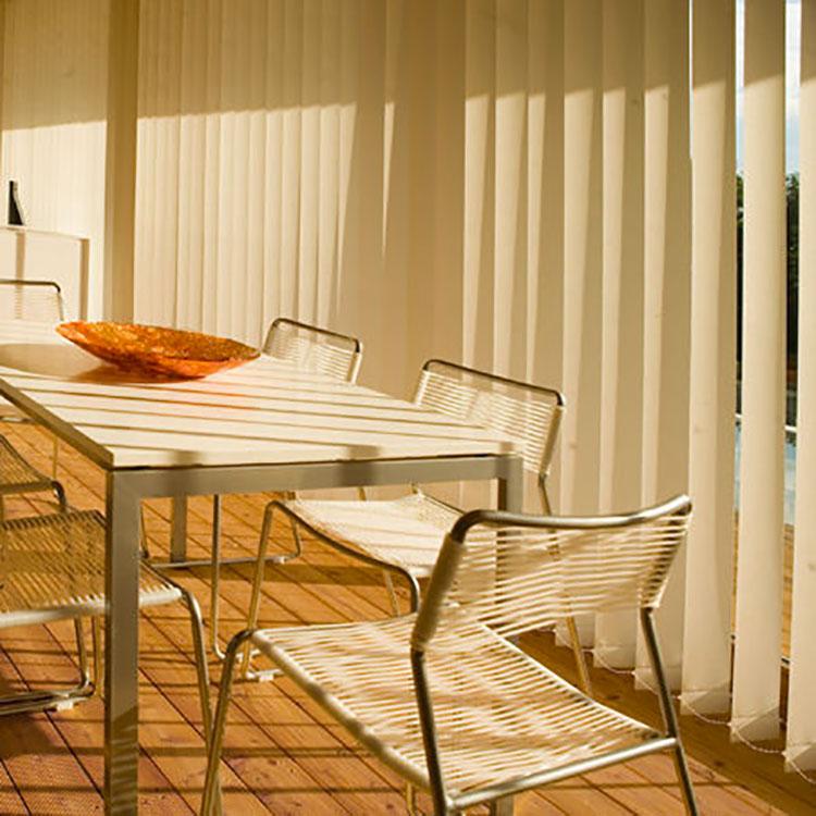 Modello di tenda a bande verticali per cucina moderna n.03