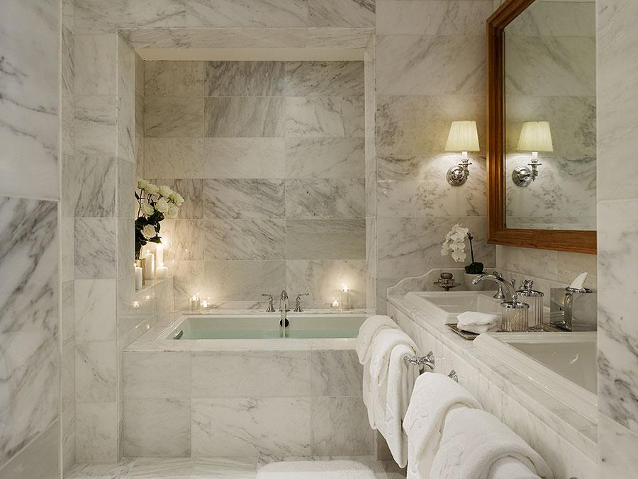 Bagno di lusso in marmo bianco n.06
