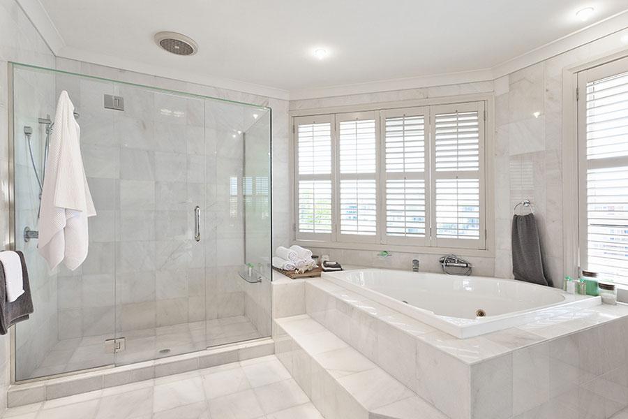 Bagno di lusso in marmo bianco n.13