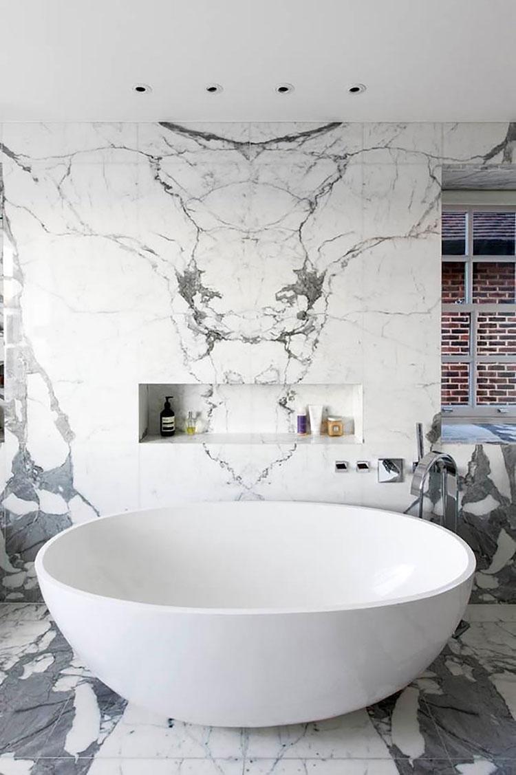 Bagni in marmo bianco 20 idee per arredi di lusso for Bagno padronale di lusso