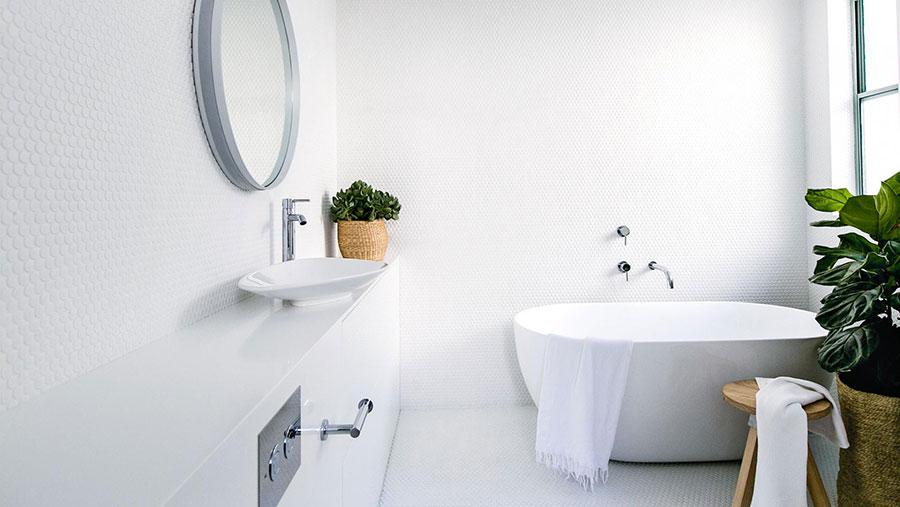 Colore bianco per pareti di un bagno piccolo n.01