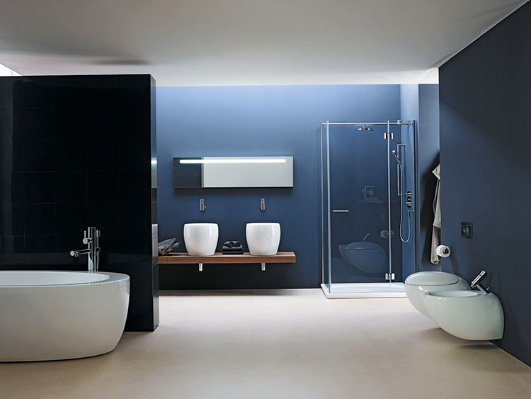 Idee per arredare un bagno blu e bianco n.02