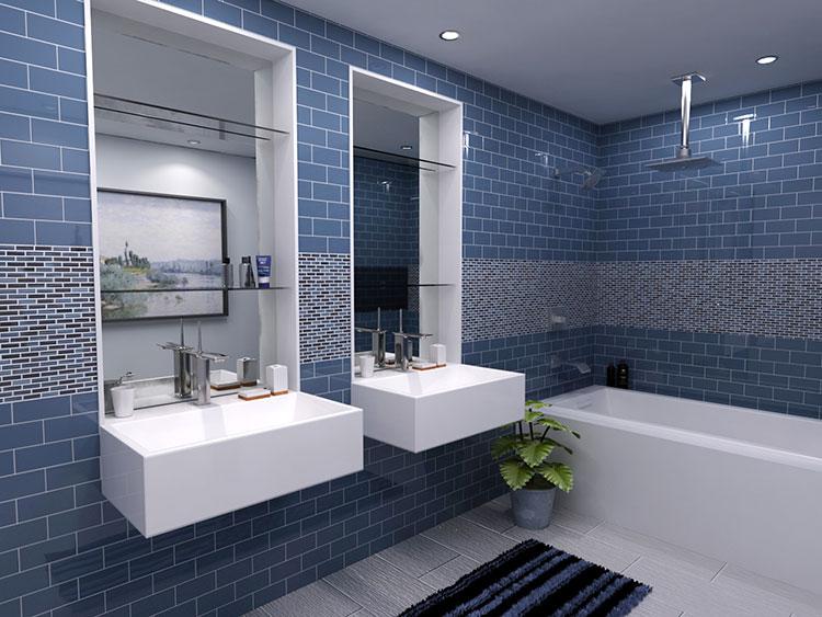 Idee per arredare un bagno blu e bianco n.03