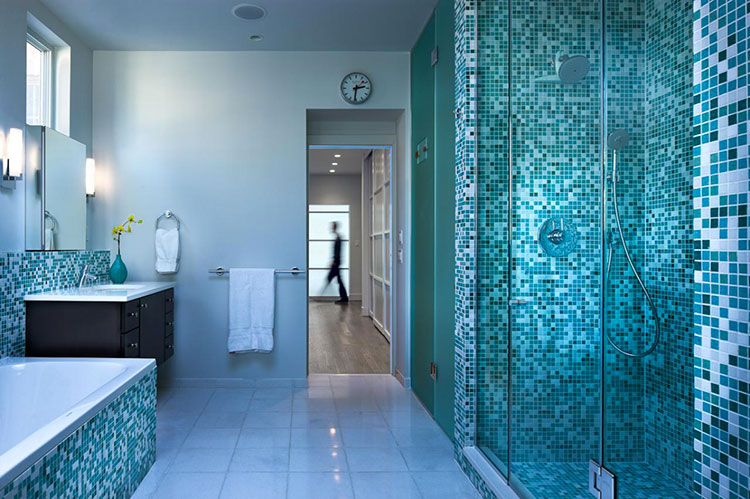 Idee per arredare un bagno blu e bianco n.04