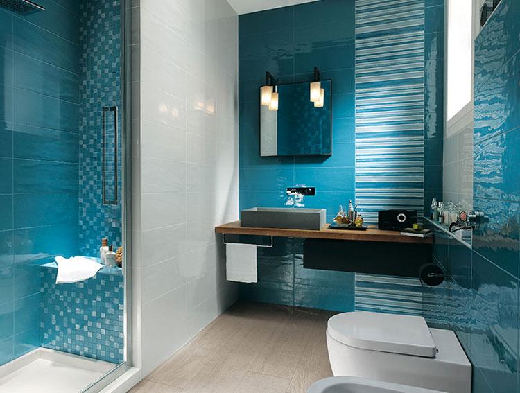 Idee per arredare un bagno blu e bianco n.06