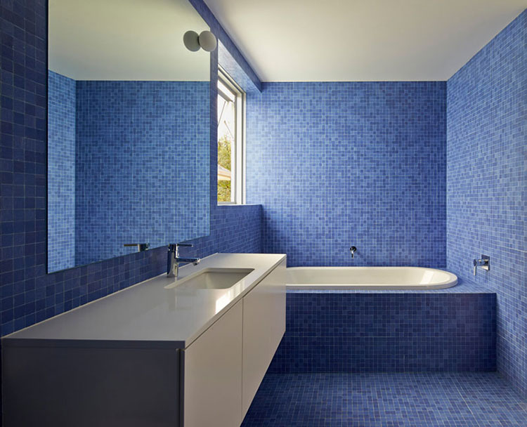 Idee per arredare un bagno blu e bianco n.09