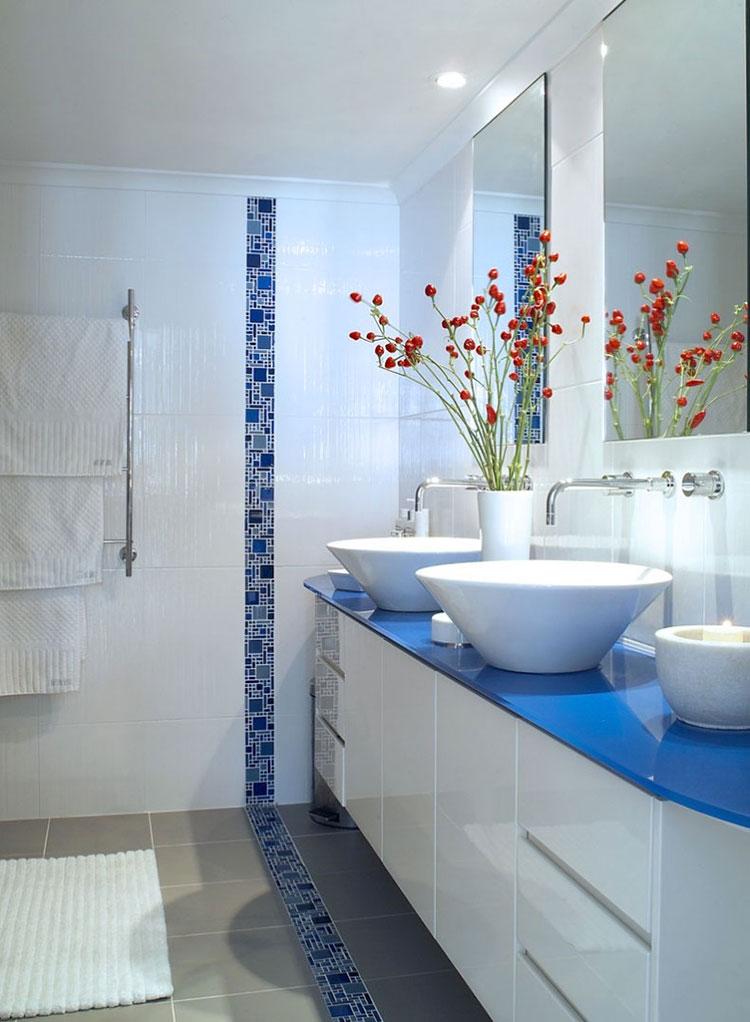 Idee per arredare un bagno blu e bianco n.11