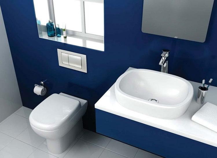 Idee per arredare un bagno blu e bianco n.13