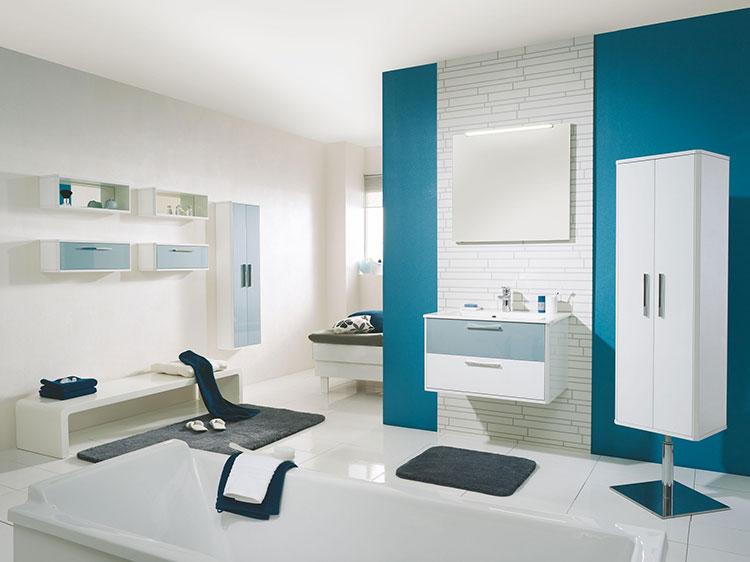 Idee per arredare un bagno blu e bianco n.14