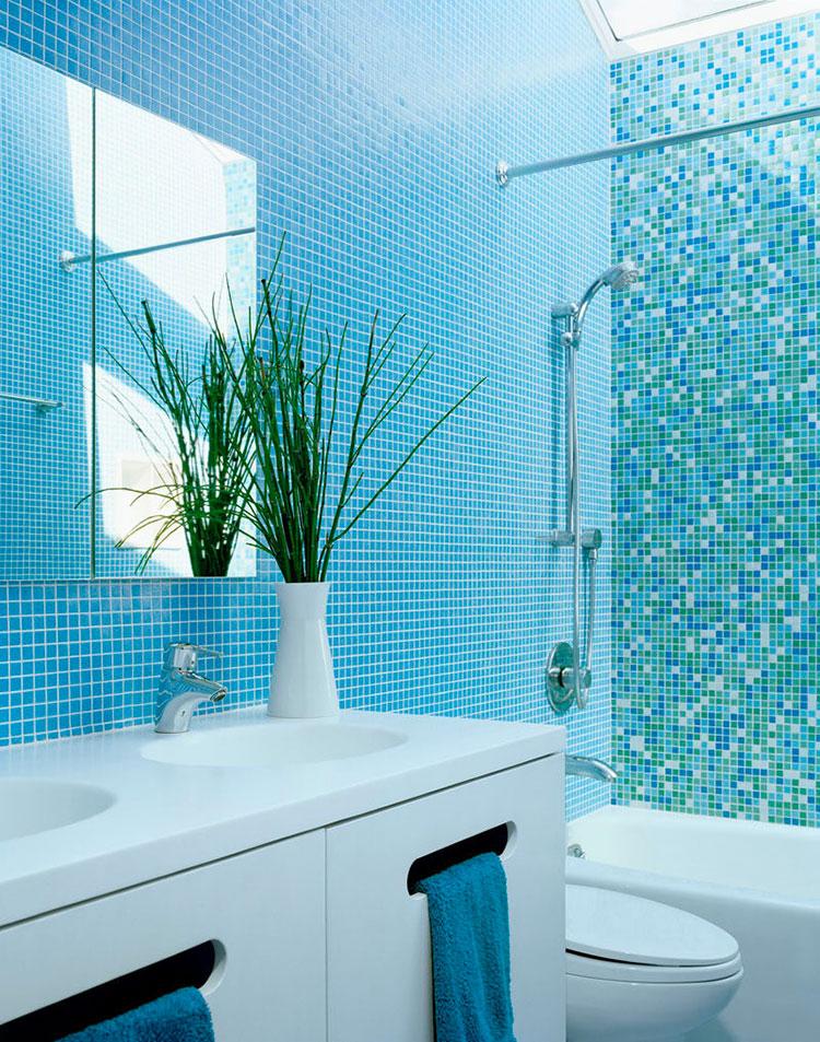 Idee per arredare un bagno blu e bianco n.15