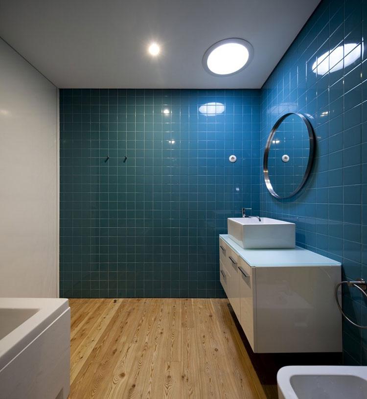 Idee per arredare un bagno blu e bianco n.16