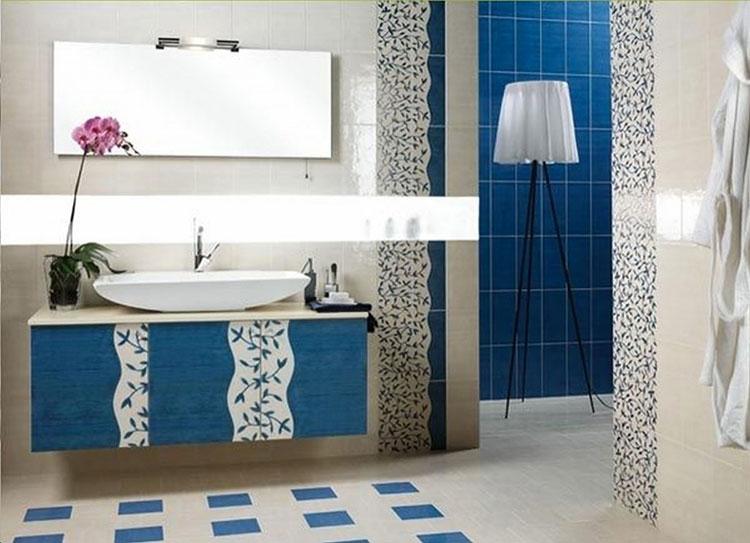 Idee per arredare un bagno blu e bianco n.20